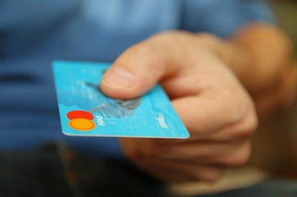 płacić kartą